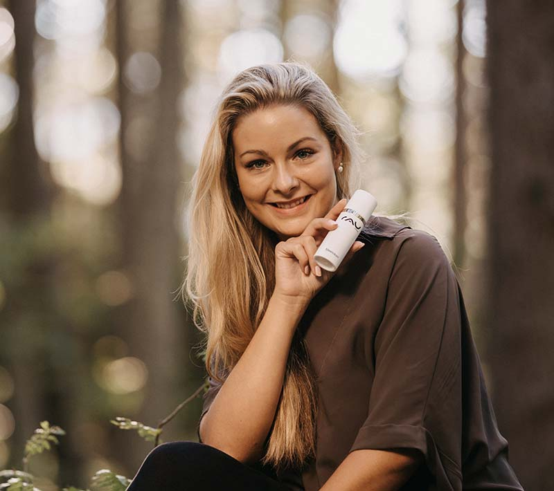 RAU Cosmetics Produktfoto mit Model Nicole und der RAU Silvercream