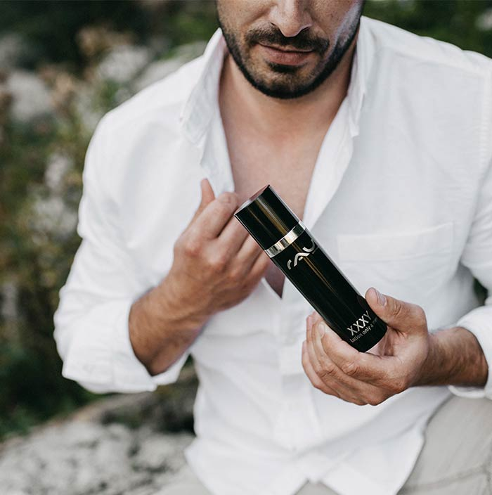 RAU Cosmetics Produktfoto mit Model Sascha und dem RAU XXXY lotion only for men