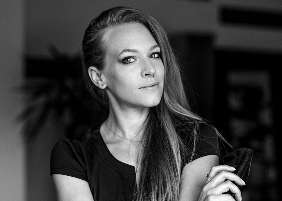 Über Sabine Fischer - Grafikdesignerin, künstlerische Fotografin und Self Portrait Artist